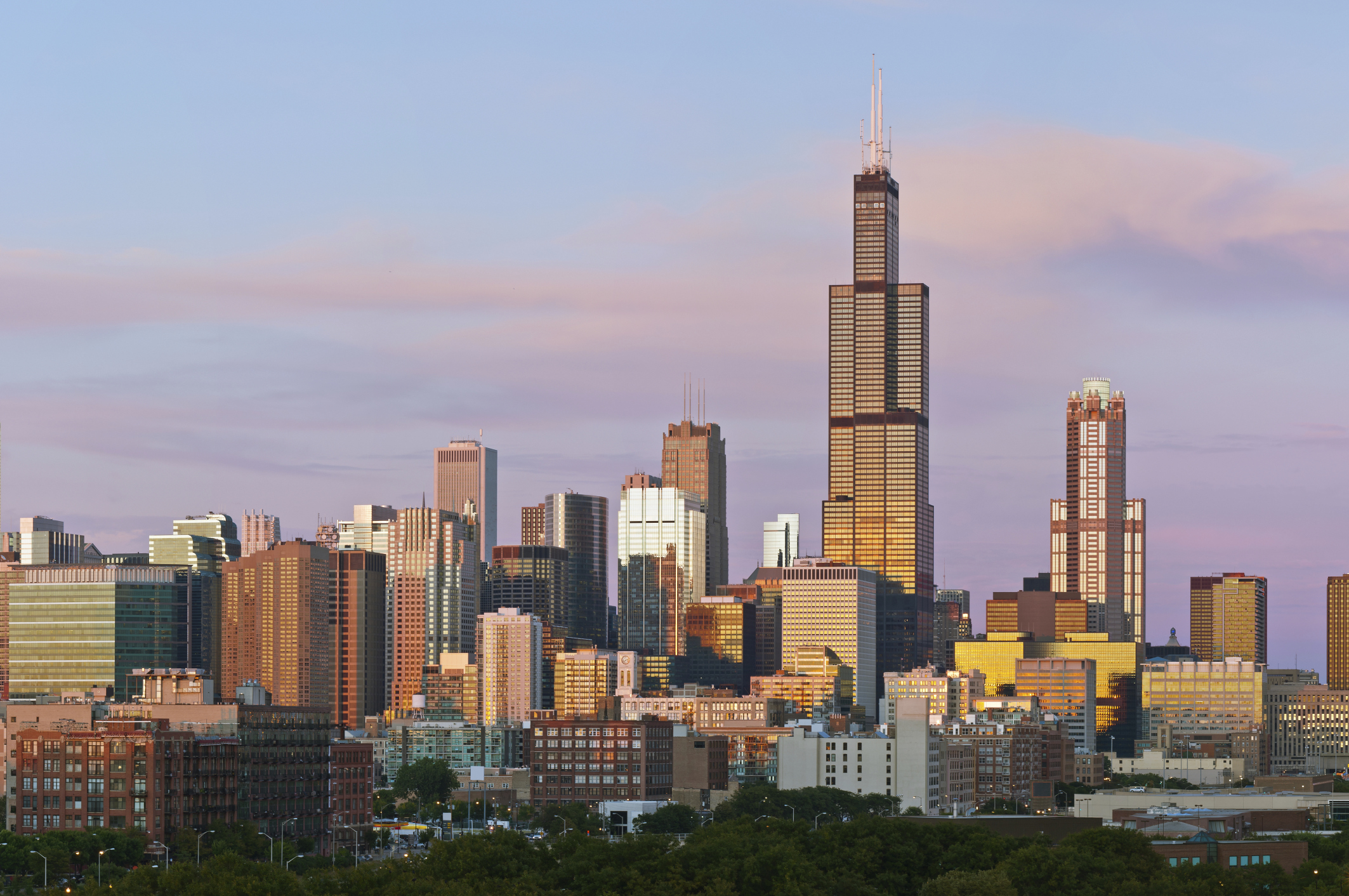 blackstone negotiating to buy chicago s willis tower